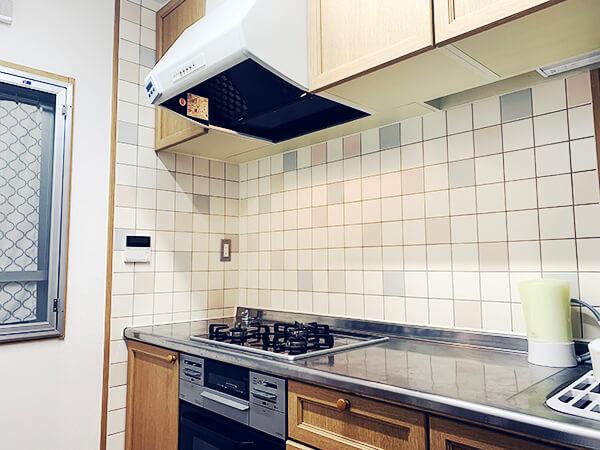 【レビュー】100均セリアのリメイクシート「ホワイトレンガ」でキッチンの壁をDIY!