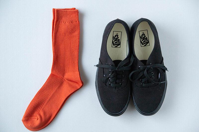 【メンズコーデ】オレンジソックス×黒シューズの組み合わせは、取り入れておきたいおすすめスタイル!